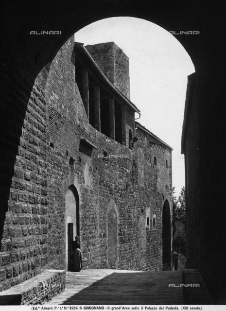 View of the large arch under Palazzo del Podestà in San Gimignano