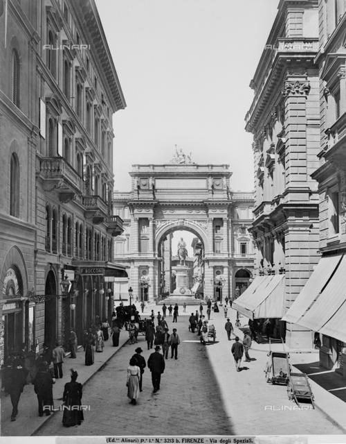 """Coffee """"Pastry Luigi Gilli"""" in the old location in Via degli Speziali in Florence, Piazza della Repubblica in the background"""