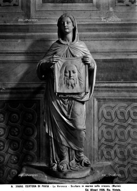 Statua della Veronica mentre regge il velo con il volto di Cristo; scultura posta sulla crociera della Certosa di Pavia