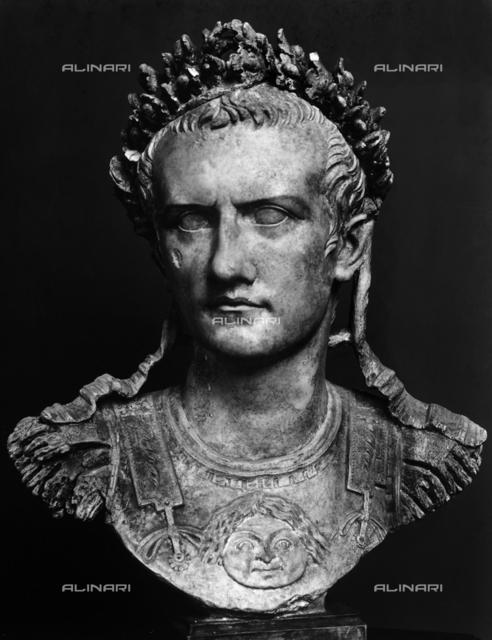 Busto-ritratto dell'imperatore Caligola; opera conservata nel Museo Ny Carlberg Glyptotek di Copenhagen. Fu esposta alla Mostra Augustea della Romanità tenutasi nel Palazzo delle Esposizioni di Roma nel 1937-1938