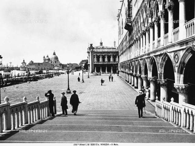 View of a stretch of the Ponte della Paglia in Venice, enlivened by the presence of several passers-by. Partial view on the right of the south faà§ade of the Doge's Palace facing the wharf