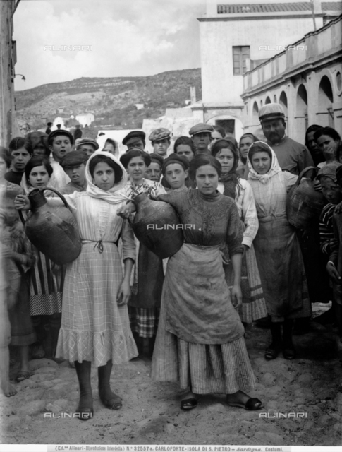 Inhabitants of Carloforte, on the Sardinian island of San Pietro; in the foreground, two women holding amphorae