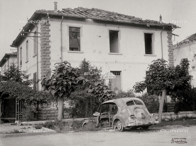 The bombardments of Sermide. A house in Viale Cesare Battisti with a burnt car