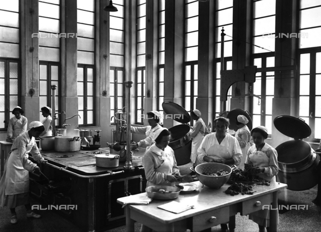 Villa Rosa Maltoni Mussolini: cooks preparing meals