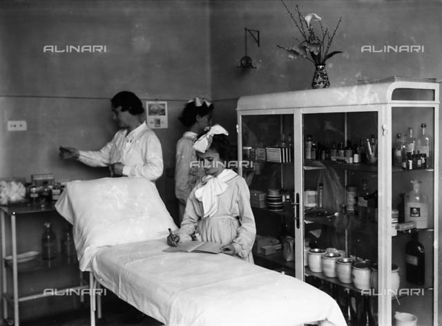 Villa Rosa Maltoni Mussolini: female students in the infirmary room