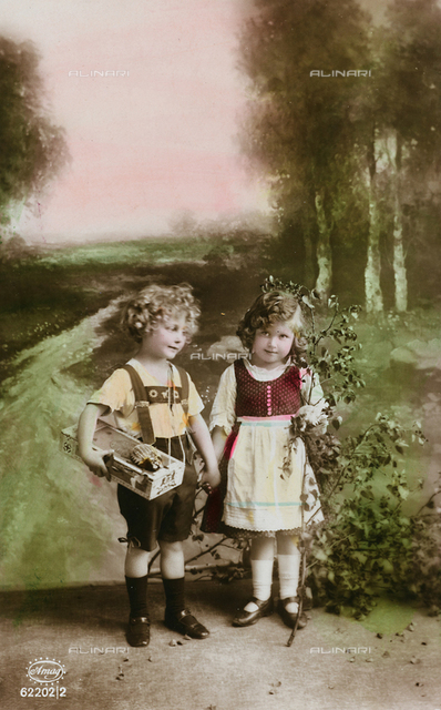 "Postcard depicting two children on a country road, ""Album para Tarjetas postales"""