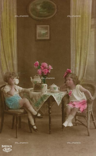 "Postcard depicting a couple of little girl having a tea, ""Album para Tarjetas postales"""
