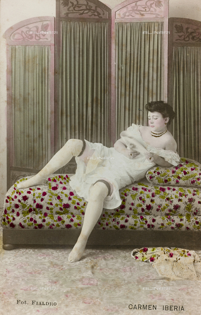 """Postcard, portrait of a woman in a dressing room while reading, """"Album para Tarjetas postales"""""""