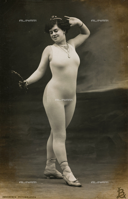 """Postcard, portrait of a woman wearing a tight-fitting suit holding a mirror, """"Album para Tarjetas postales"""""""