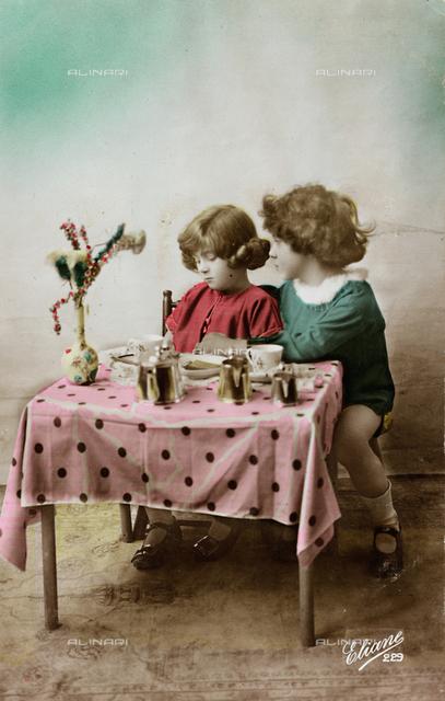 "Postcard depicting two children playing, ""Album para Tarjetas postales"""