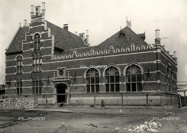 The building of the Dam railway station in Antwerp during raising operations.