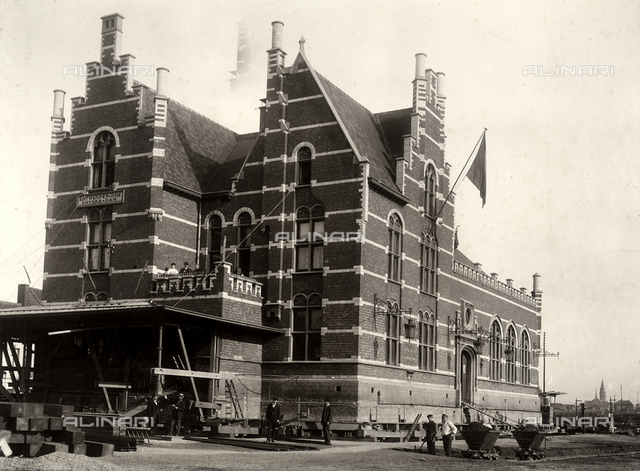 The structure of the Dam railway station in Anvers, on completion of the 160-centimeter raising operation.