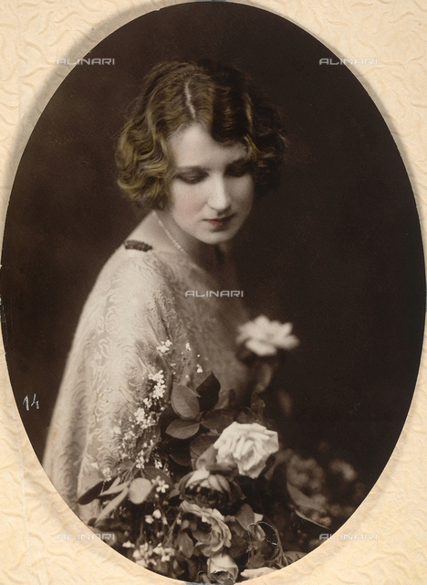 Portrait of the actress Cecyl Tryan with a bunch of flowers