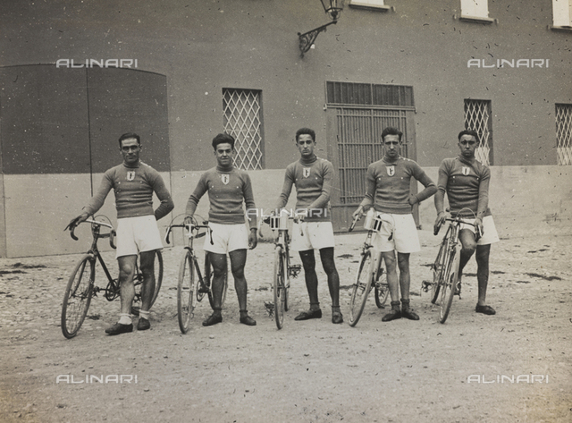 The After-work Activities Centre of the War Ministry of Bologna, the second cycling team during the relay race Bologna-Rome, September 20, 1931