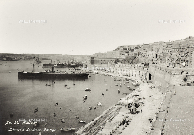 "Album ""Meine mittelmeer-reise 1910"": Animated view of the port of the Valletta in Malta"