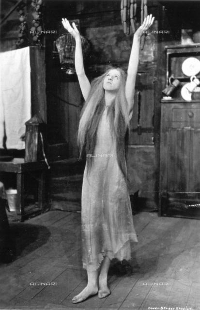 """L'attrice Ina Pelly nel ruolo di """"Acqua"""", personaggio della rappresentazione teatrale """"The blue bird"""""""