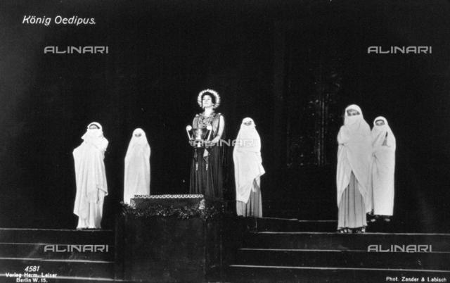 """Una scena dell'opera teatrale """"Re Edipo"""", in cui il personaggio della Regina Giocasta è interpretato dall'attrice Tilla Durieux (al centro della fotografia)"""