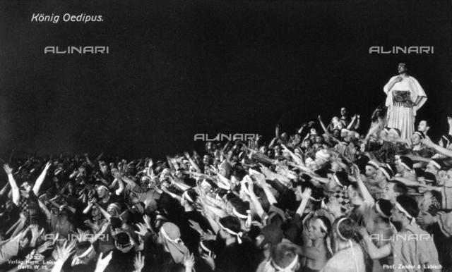 """Una scena della rappresentazione teatrale del """"Re Edipo"""". In piedi, sulla destra, l'attore Paul Wegener nel ruolo di Re Edipo"""