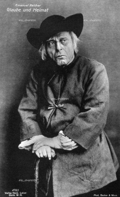 """L'attore Emanuel Reicher, fotografato durante una scena della rappresentazione teatrale """"Religione e Patria"""""""