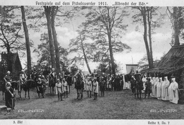 """Attori vestiti da cavalieri e monaci durante una scena di """"Albrecht e l'orso"""", svoltasi a Pichelswerder"""