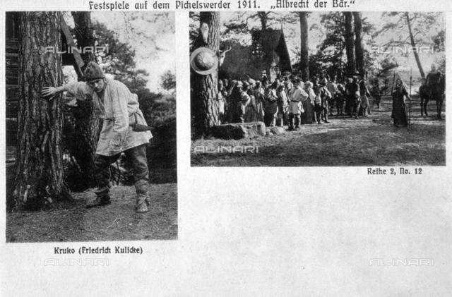 """Sulla sinistra dell'immagine è stato fotografato l'attore Friedrich Kulicke, nel ruolo di Kruko, personaggio della rappresentazione """"Albrecht e l'orso"""", svoltasi a Pichelswerder. Di essa, è visibile una scena, sulla destra dell'immagine"""