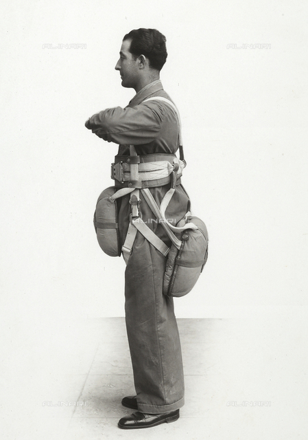 """""""Various uses of the Salvator parachute"""": double parachute with belt for training sessions"""