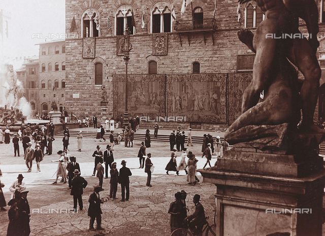 Piazza della Signoria on the occasion of the visit of King Vittorio Emanuele III in Florence, for the commemoration of the VI centenary of Dante, September 17, 1921