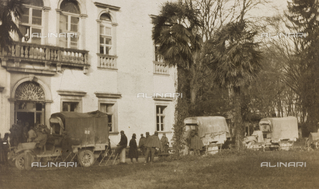 Album of the First World War in Friuli-Venezia Giulia: arrival of the ambulance with the wounded in Villa Brazzà, home to 17 of the Hospital of war in Soleschiano Manzano