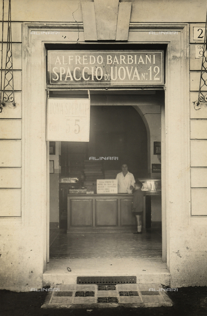 Alfredo Barbiani Firm: shop for the sale of eggs on Via del Pigneto in Rome, a clerk and a child are at the counter