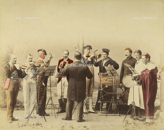 Ritratto di un orchestra europea abbigliati in maschera
