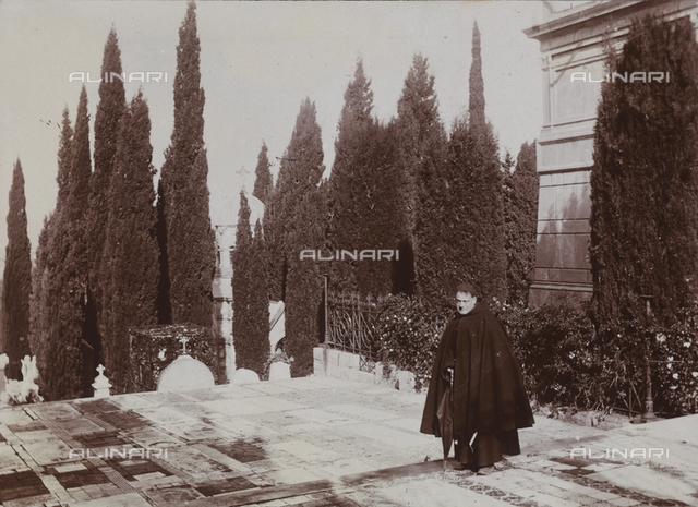 Un guardiano di un cimitero di Palermo