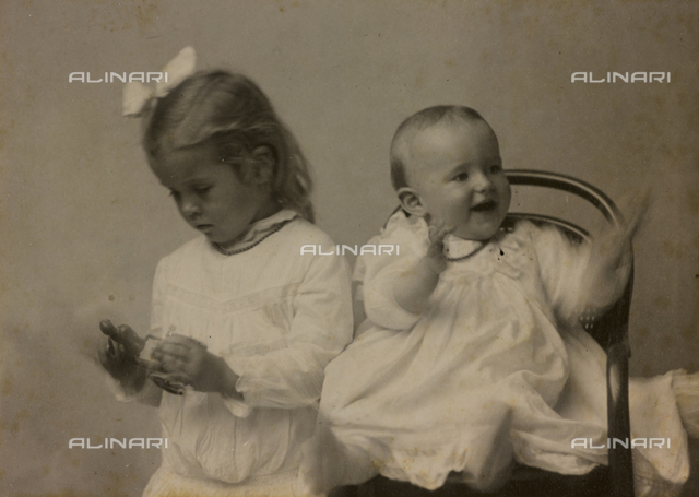 """Album """"Route photo of an American family from the United States (New Jersey) in Florence, 1899-1912 """": Self portrait of Harriet and Anita"""