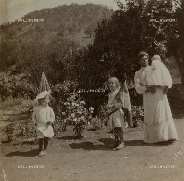 """Album """"Route photo of an American family from the United States (New Jersey) in Florence, 1899-1912 """": Harriet, Anita and Rosalie Self with the nurse Patricia while playing in the garden"""