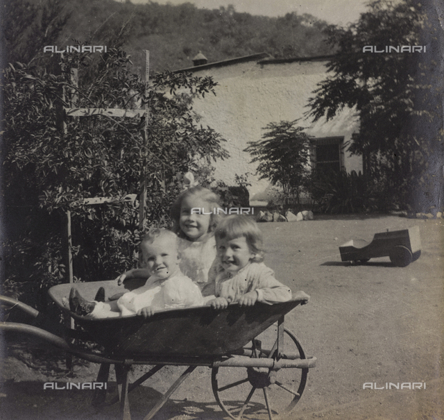 "Album ""Route photo of an American family from the United States (New Jersey) in Florence, 1899-1912 "": Harriet , Anita and Rosalie Self wheelbarrow carried on by the gardener in San José Manuel De Tamaulipas"
