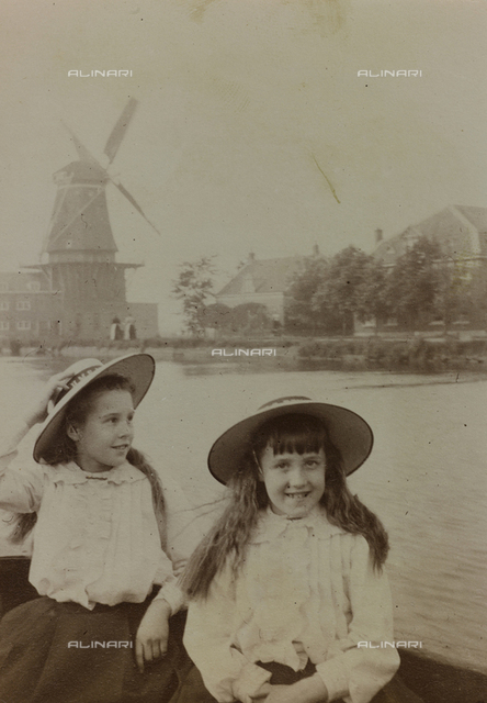 "Album "" Route photo of an American family from the United States (New Jersey) in Florence, 1899-1912 "": Self family trip to Europe: Harriet and Anita Self on boat"