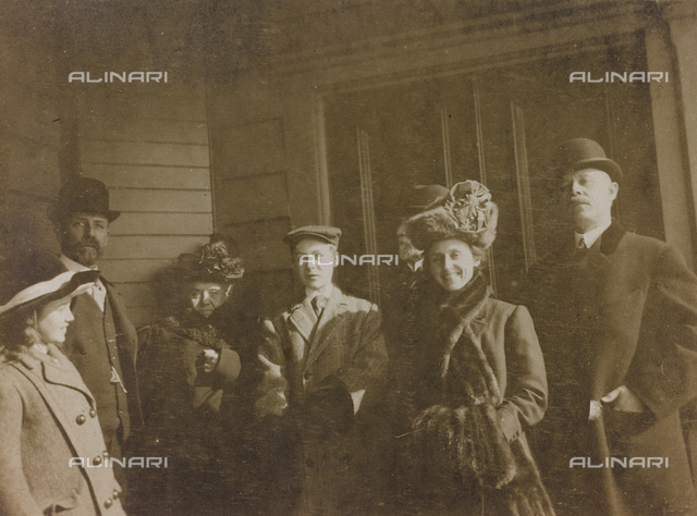 """Album """" Route photo of an American family from the United States (New Jersey) in Florence, 1899-1912 """": Self family trip to Europe: Mr. Self with her daughter Anita, the parents and the family of his brother William"""