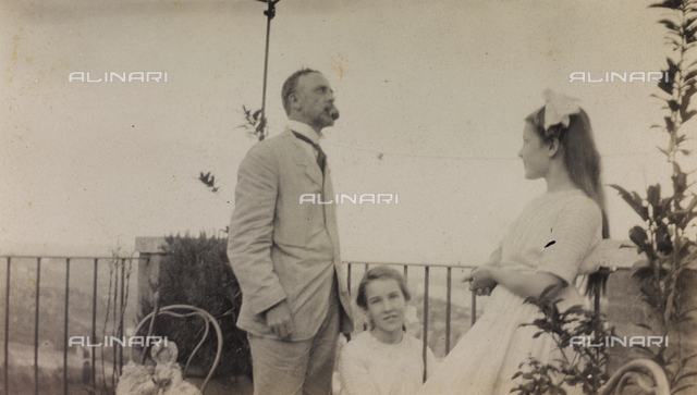 "Album "" Route photo of an American family from the United States (New Jersey) in Florence, 1899-1912 "": Self family trip to Europe: Mr. Self with daughters Harriet and Anita in a terrace of Cottage Lombardi during your stay in Siena"