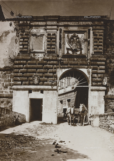"Album ""National Association of Combatants Italian section of Lausanne. Photographs offered by the mutilated War Bruno Cuttings of Gorizia"" : Door of the Castle of Gorizia"