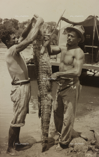 Album with photographs of the pisan pilot Marconcini: two fishermen with a crocodile