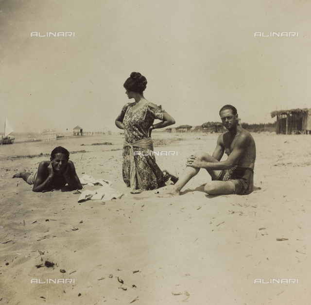 "Album "" Jack Bosio - War Campaign 1917-1920 "": group photo on the beach"