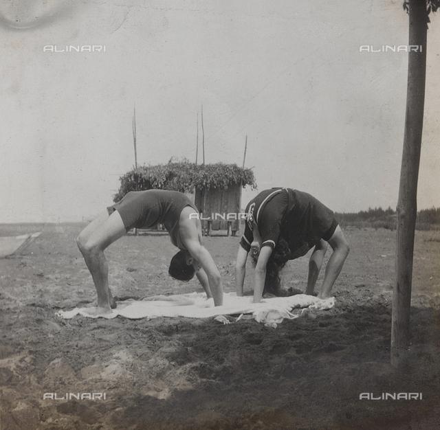 """Album """"Campagna di guerra 1915-1916-1917-1918, tenente Jack Bosio"""": gymnastic exercise on the beach in Forte dei Marmi, Versilia"""