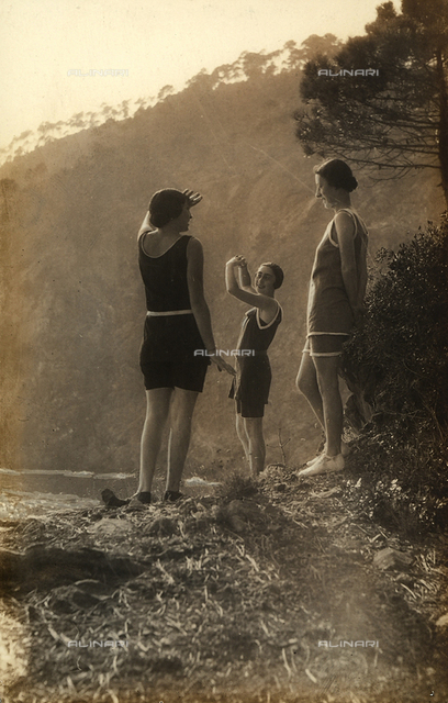 Three women in bathing costumes about to dive into a river. Postcard sent by the photographer to Vincenzo Balocchi