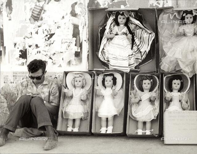 Street-vendor of dolls
