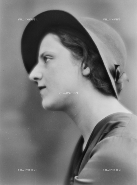 Female portrait with hat
