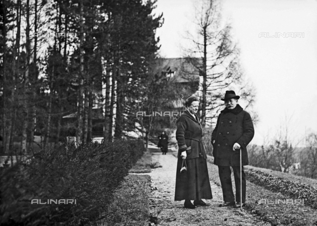 Couple photographed during a walk in Feldafing