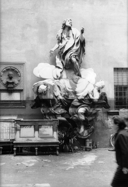 Florence flood of November 4, 1966: courtyard of the Museo dell'Opera del Duomo flooded; the center, the San Giovanni in glory with angels Jerome Ticciati