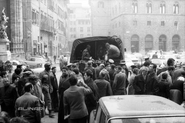 Florence flood of November 4, 1966: US soldiers distribute food to citizens, Piazza della Signoria