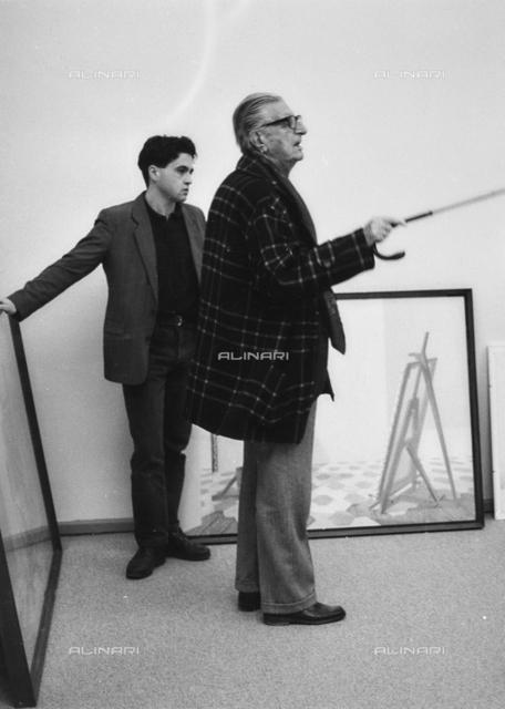 Ritratto dell'artista Fabrizio Clerici e del suo assistente Eros Renzetti durante una mostra alla Galleria Nazionale d'Arte Moderna (GNAM) a Roma nel 1990