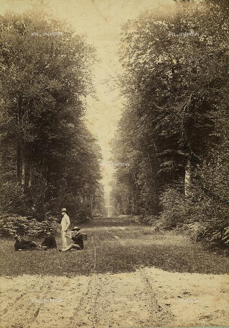 Uomini seduti sull'erba di un parco nei pressi di Compiégne, Francia, lundo la strada Berna.