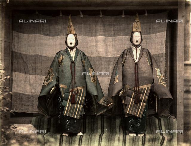 Due attori del teatro tradizionale giapponese in costume di scena